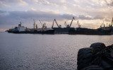 2017年11月、北朝鮮の港湾に到着する中国から石炭を運ぶ船(Photo credit should read ED JONES/AFP via Getty Images)