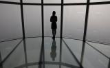 2019年3月、大気汚染に覆われるソウルの空を見つめる女性(Photo by Chung Sung-Jun/Getty Images)