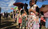 鞠を投げあい気持ちをお互いの確かめ合うミャオ族の伝統的な結婚相手探し(パブリックドメイン)