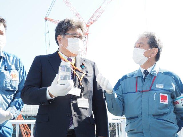 10日、萩生田大臣は福島第一原子力発電所を視察した(経済産業省のツイッターより)