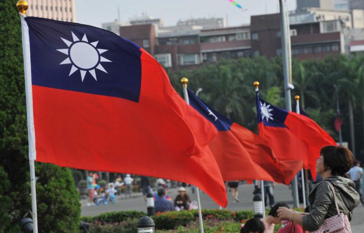 2012年10月7日、台北の国立国父紀念館で、台北101ビルの横に掲げられた台湾の国旗(Mandy Cheng/AFP via Getty Images)