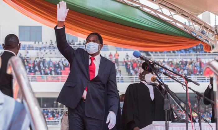2021年8月24日、ルサカのヒーローズ・スタジアムで宣誓した後、観衆に手を振るザンビアのハカインデ・ヒシレマ大統領 (Salim Dawood/AFP via Getty Images)