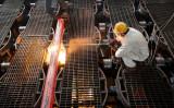 2021年2月12日、中国東部の江蘇省にある連雲港の鉄鋼工場で鉄の棒を作る作業員(AFP via Getty Images)