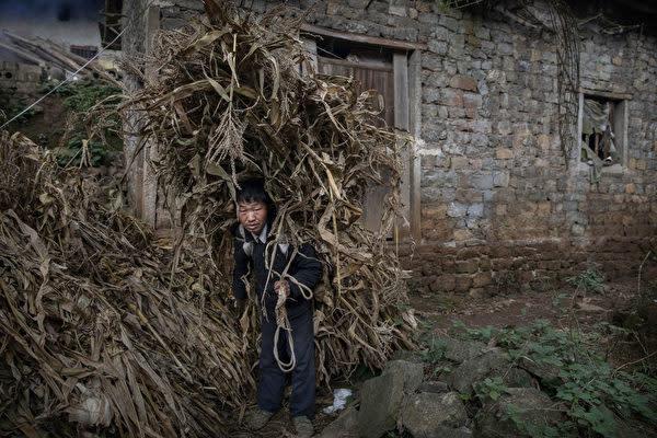 中国貴州省の貧困地域の村民(Kevin Frayer/Getty Images)