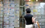 不動産広告を見つめる女性。参考写真(Photo by Kiyoshi Ota/Getty Images)