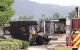 米カリフォルニア州サンディエゴで小型飛行機の墜落事故が発生した。少なくとも2人が死亡、2人が病院に搬送された(Tina Deng/The Epoch Times)