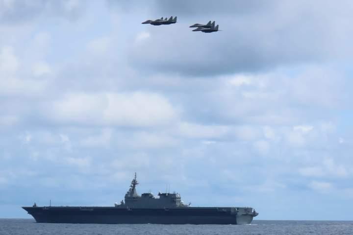 護衛艦「かが」とその上空を飛行するインド軍のMig29戦闘機(@JMSDF_PAO、海上自衛隊より)