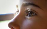 インドのウッタル・プラデーシュ州に住む15歳の少女は、目から石が出てくる。写真はイメージ(javi_indy / PIXTA)