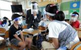 学校が本格的に再開し始めた2020年6月1日、滋賀県甲賀市の小学校でマスクとフェイスシールドを着用している生徒たち。 (Photo by STR/JIJI PRESS/AFP via Getty Images)