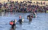 メキシコのデル・リオ(奥側)とアクーナ(手前)の間を流れるリオ・グランデ川を渡る不法移民たち。米国からの強制送還を避けるため、メキシコに戻るために渡る者もいる。9月20日撮影(Charlotte Cuthbertson/The Epoch Times)
