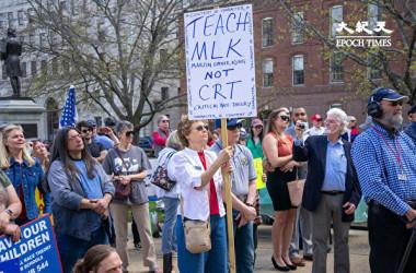 2021年4月24日、米ニューハンプシャー州の州政府庁舎前で、保護者らは学校の教員が授業で批判的人種理論(CRT)を教えることに抗議した(劉景燁/大紀元)
