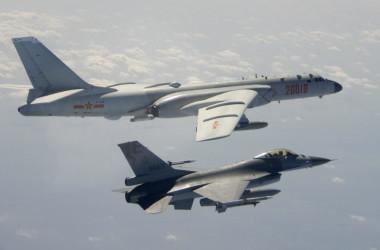 2020年2月10日、台湾付近を通過する中国人民解放軍空軍(PLAAF)のH-6爆撃機の側面を飛行する、手前の台湾空軍F-16(中華民国国防省)