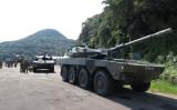 陸揚げされた陸上自衛隊の16式装甲戦闘車( 海上自衛隊佐世保地方総監部)