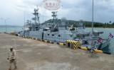 2019年7月26日、カンボジアのリアム海軍基地で、同国の海軍関係者が桟橋を歩いている様子(TANG CHHIN SOTHY/AFP via Getty Images)
