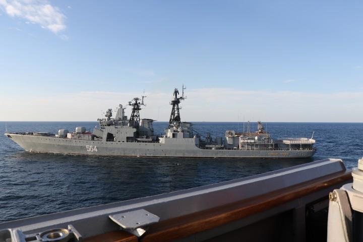 米海軍が撮影したロシア海軍の駆逐艦(米海軍提供)