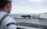 10月16日、米海軍横須賀基地に帰還する米空母ロナルド・レーガン。船上から港を見つめる若い米兵(US.Navy Photo)