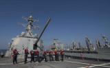 2015年、オマーン湾で洋上補給を行う米海軍誘導ミサイル駆逐艦ドューイの乗船員。参考写真 (U.S. Navy photo by Mass Communication Specialist 3rd Class James Vazquez/Released)