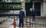6月4日、駐日中国大使館の前に立つ警察官(Photo by PHILIP FONG/AFP via Getty Images)