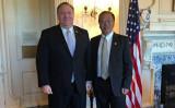ポンペオ前米国務長官とマイルズ・ユー氏(右)(米国務省提供)