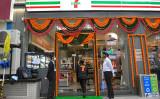 インドのムンバイに開店したセブンイレブンの一号店(Photo by INDRANIL MUKHERJEE/AFP via Getty Images)