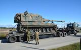 トレーラーに積載し、輸送される陸上自衛隊の自走砲(陸上自衛隊提供)