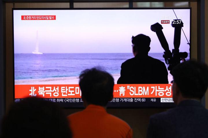 2019年10月、潜水艦発射型弾道ミサイルの実験の様子を報道する韓国メディア。資料写真 (Photo by Chung Sung-Jun/Getty Images)