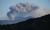 降灰している熊本・阿蘇山。2019年12月13日撮影(Photo by CHARLY TRIBALLEAU/AFP via Getty Images)