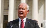 2019年9月9日、ワシントンの連邦最高裁判所の前でスピーチするネブラスカ州のダグ・ピーターソン司法長官 (Alex Wong/Getty Images)