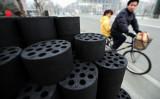 写真は中国の家庭用石炭(FREDERIC J. BROWN/AFP/Getty Images)