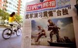 人民解放軍が「台湾独立派を脅かす軍事演習を実施」と伝える中国国内の新聞、参考写真(Photo by Kevin Lee/Getty Images)
