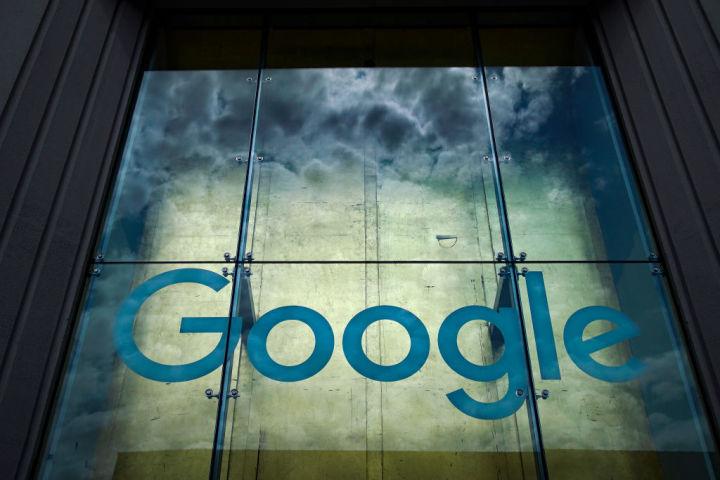 グーグル社のロゴ(Photo by Drew Angerer/Getty Images)